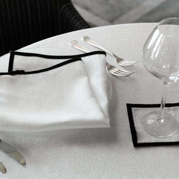 """Linneverkets specialutgåva """"Home Couture"""". Vita produkter med svart sammetsband."""